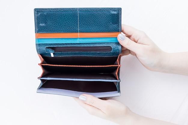 Eine leere brieftasche in der hand
