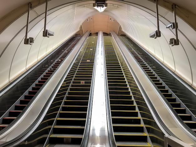 Eine leere rolltreppe in der u-bahn. transport von personen auf und ab treppen. vier rolltreppen ohne personen. einkaufszentrum, aufzug