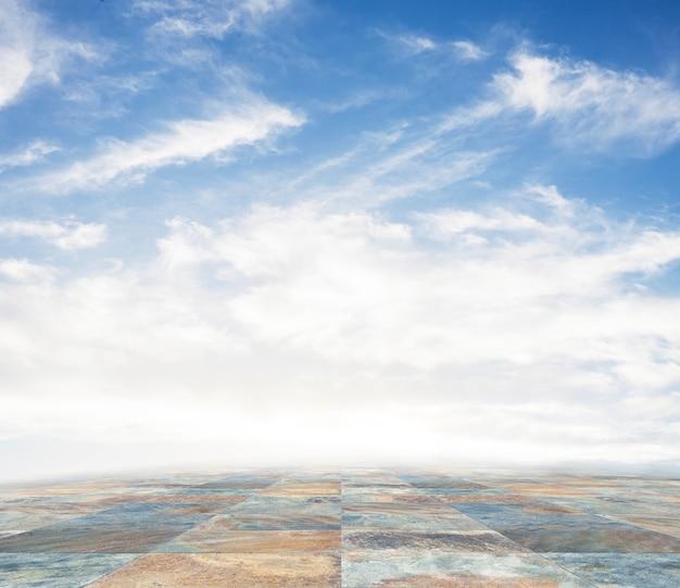 Eine leere szene eines steinfliesenboden und ein blauer himmel