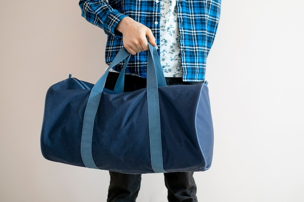 Eine leiche einer touristenperson mit großen taschen voller taschen, die stehen und bereit sind, zu einer reise aufzubrechen