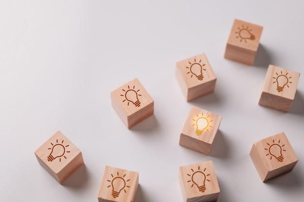 Eine leuchtende glühbirne unter mehreren, die erloschen sind wählen sie das beste konzept aus