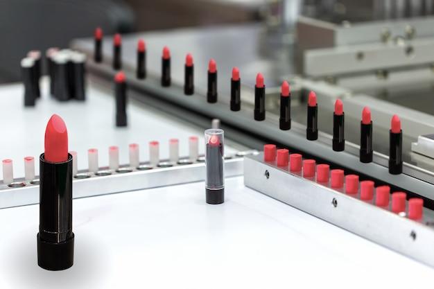 Eine lippenstiftfläschchen-füllmaschine in einer kosmetikfabrik