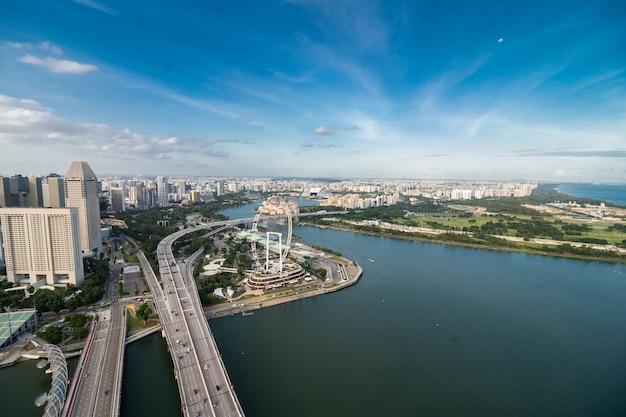 Eine luftaufnahme der gärten durch die bucht in singapur. gardens by the bay ist ein park, der sich über 101 hektar zurückgewonnenes land erstreckt
