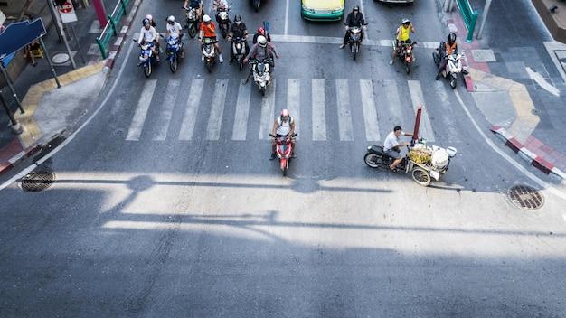 Eine luftaufnahme des hohen verkehrs auf einer straßenkreuzung mit zebrastreifen.