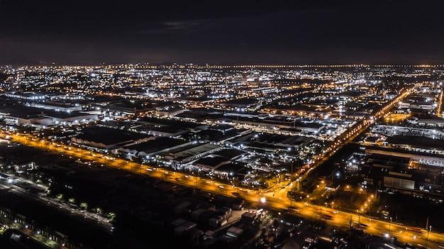 Eine luftaufnahme des industriegebiets in der nacht