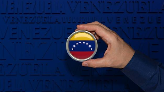 Eine männliche hand, die ein abzeichen mit der venezolanischen nationalflagge auf dunkelblauem hintergrund hält