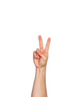 Eine männliche hand, finger in faust mit zwei finger nach oben