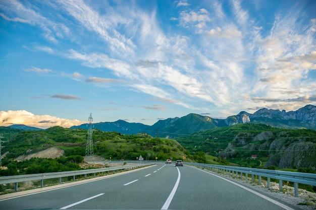 Eine malerische reise entlang der straßen montenegros zwischen felsen und tunneln. der fluss moraca.