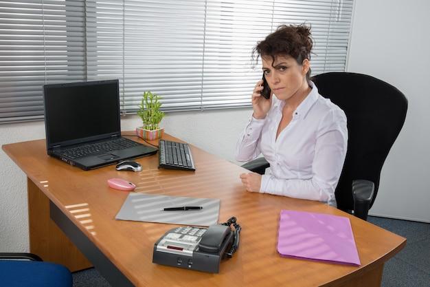 Eine managerin, die im büro arbeitet