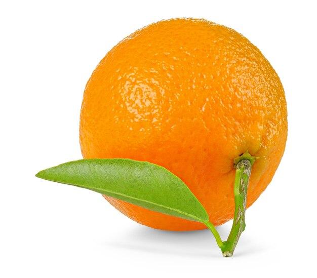 Eine mandarinenfrucht isoliert auf weiß