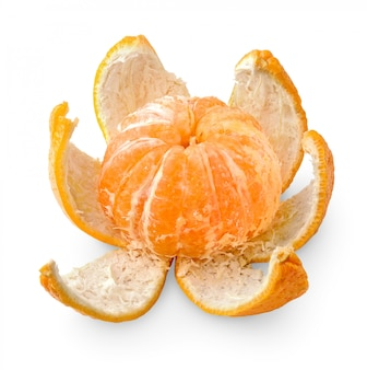 Eine mandarinenfrucht mit ihrer schale lokalisiert auf weißem hintergrund
