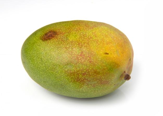 Eine mangofrucht isoliert