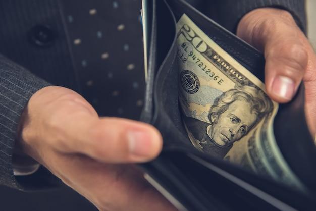 Eine mannöffnungsmappe, die nach etwas geld sucht