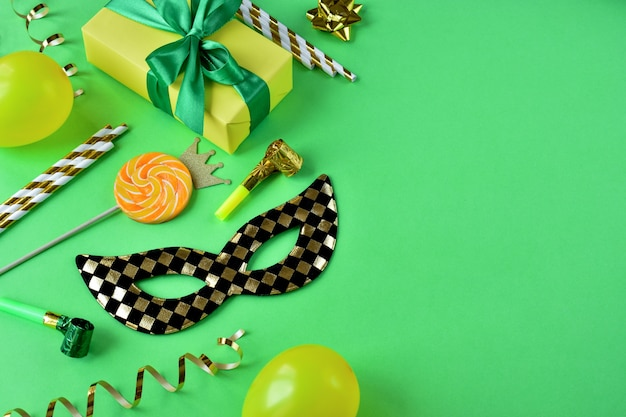 Eine maske mit einer weihnachtsbox und dekorationen auf grünem papier ist strengstens untersagt.