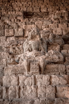 Eine maya-figur auf der treppe der copan ruinas tempel. honduras