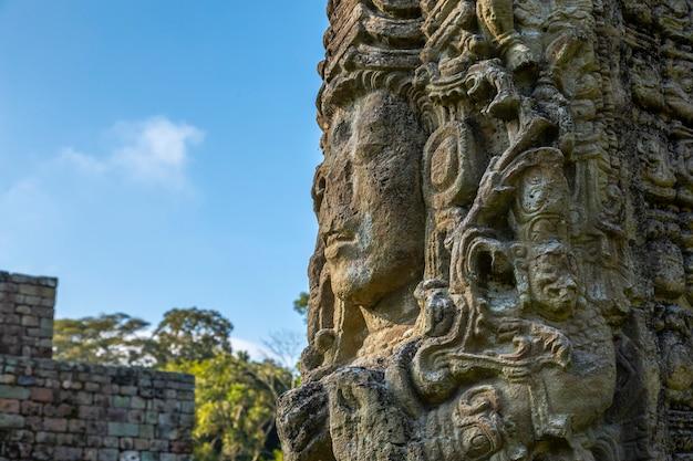 Eine maya-figur in den tempeln von copan ruinas