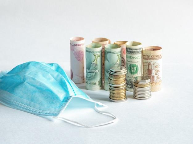Eine medizinische maske und geld. pandemie und die wirtschaftskrise von th
