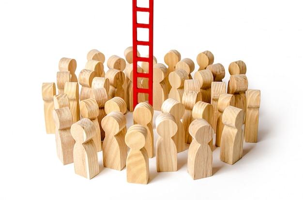 Eine menschenmenge versammelte sich an einer roten treppe. die karriereleiter anheben und nach oben schieben