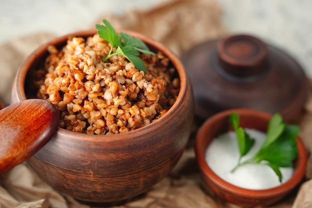 Eine methode zum kochen von maiskolben auf offenem feuer gerösteter zuckermais mit gewürzen gegrilltes gemüse gemüse ...