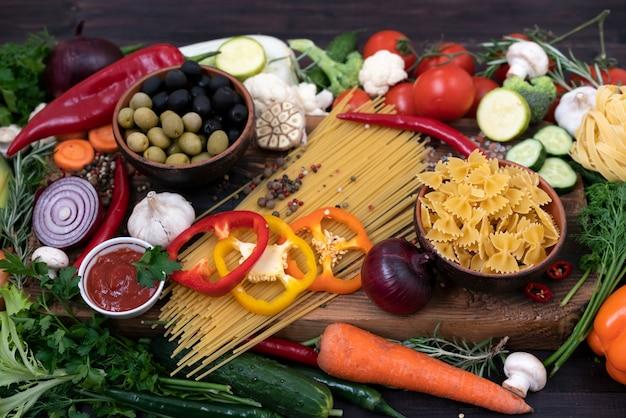 Eine mischung aus kräuterprodukten für die mediterrane und vegetarische küche.