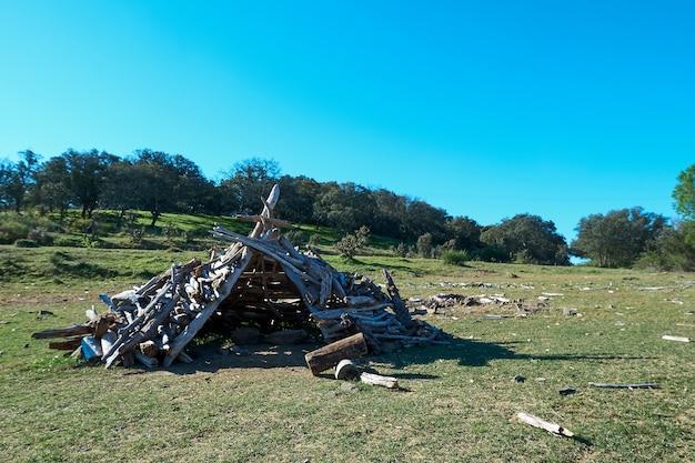 Eine mit stöcken gebaute hütte auf einer wiese für hirten und kinderspiele