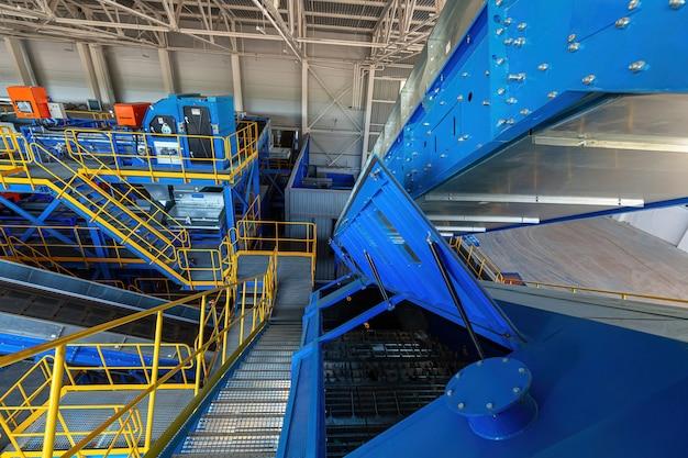 Eine moderne anlage zum sortieren und recycling von hausmüll und abfall. großer industriekomplex von förderern, bunkern.