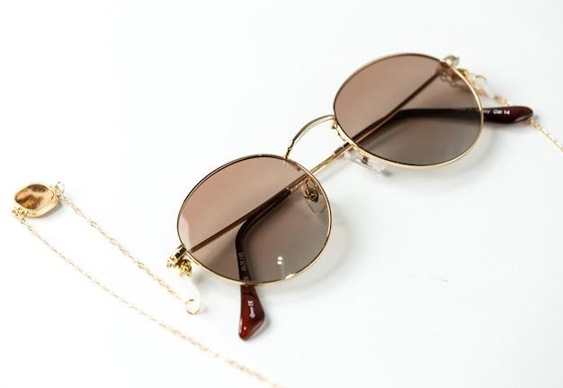 Eine moderne dunkle sonnenbrille der vorderansicht auf dem weiß