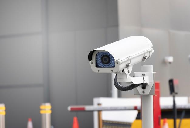 Eine moderne öffentliche cctv-kamera am parkplatz des portaleingangs