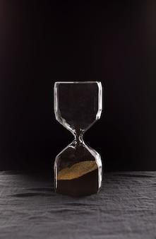 Eine moderne sanduhr, die die zeit in einem countdown bis zu einem fristkopierraum misst