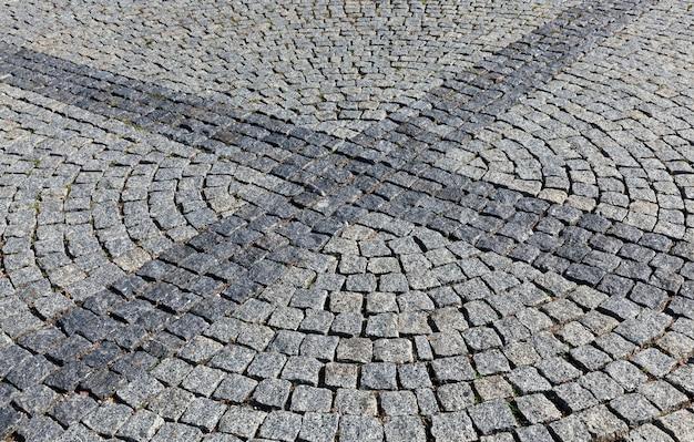 Eine moderne straße aus kopfsteinpflaster und steinen