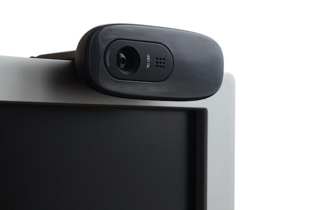 Eine moderne webkamera ist auf dem gehäuse eines flachbildschirms installiert.