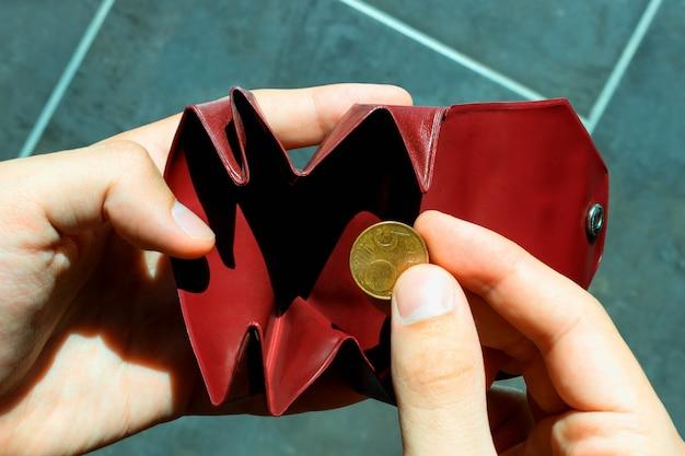 Eine münze im kleinen geldbeutel