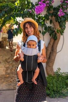 Eine mutter, die im sommer mit ihrem baby in sa tuna an der küste von begur spazieren geht, girona an der costa brava von katalonien im mittelmeer