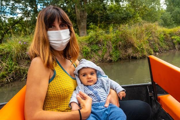 Eine mutter mit ihrem baby auf dem boot zwischen la garette und coulon, marais poitevin das grüne venedig, in der nähe der stadt niort, frankreich
