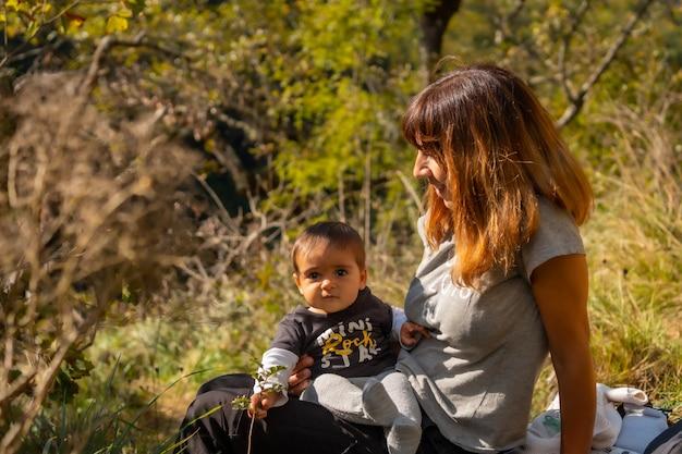 Eine mutter mit ihrem baby im wald nahe der hängebrücke holtzarte, larrau. im wald oder dschungel von irati, pyrenäen-atlantiques von frankreich