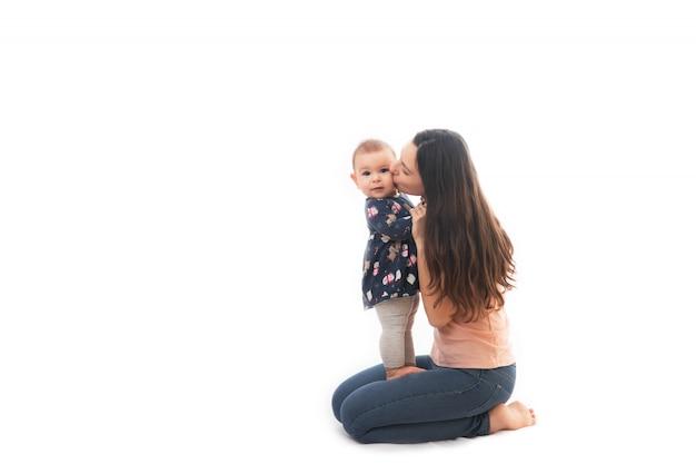 Eine mutter und ein baby, die zusammen auf weißem hintergrund verpfänden