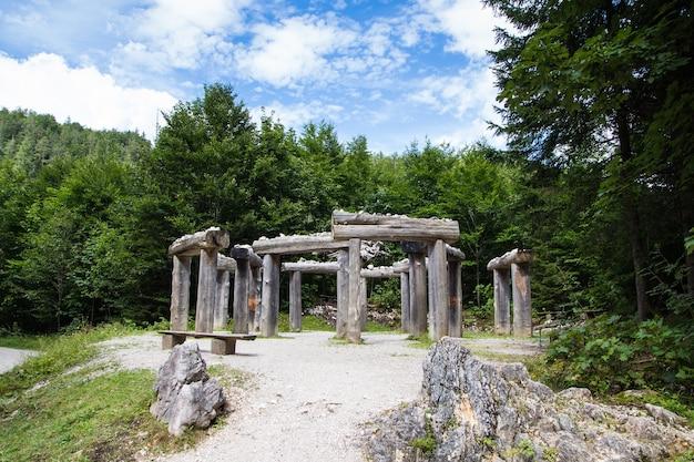 Eine nachbildung von stonehenge im wald