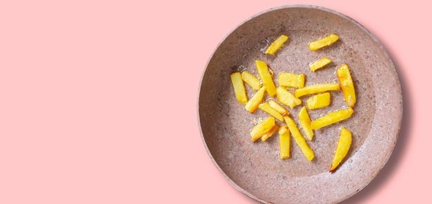 Eine nahaufnahme braten kochkartoffel auf der pfanne