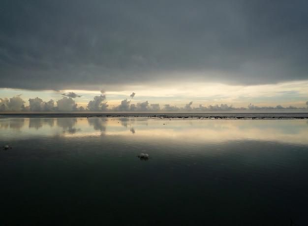 Eine nahaufnahme der dunklen wolken, die im see reflektieren