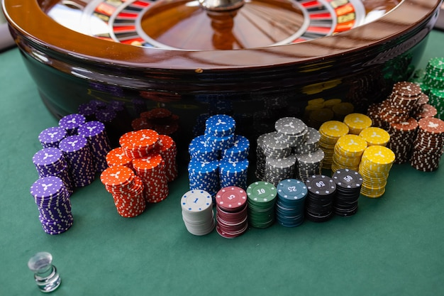 Eine nahaufnahme der hände eines blackjack-dealers in einem casino, sehr geringe schärfentiefe.