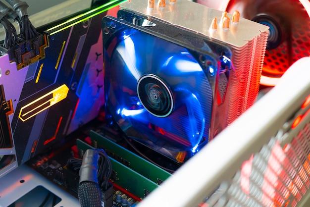 Eine nahaufnahme des computer-luftkühlers mit led-farblicht