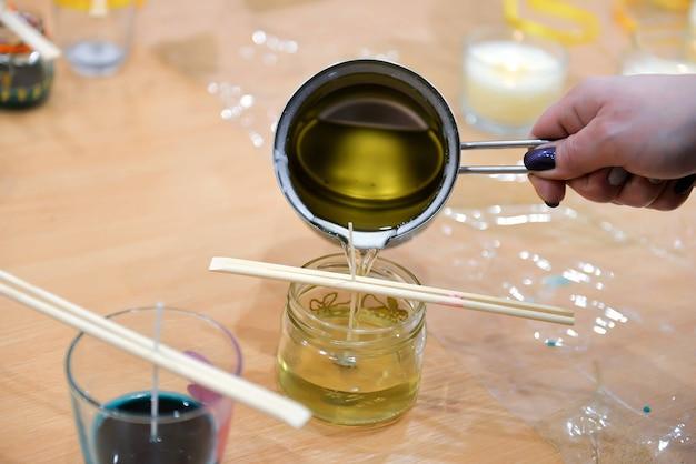 Eine nahaufnahme des hausgemachten kerzenherstellungsprozesses.