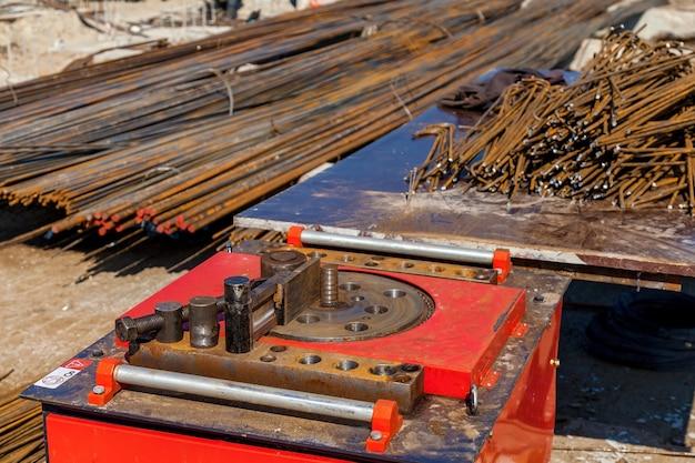 Eine nahaufnahme einer bestimmten maschine zum biegen von ankern auf der baustelle.