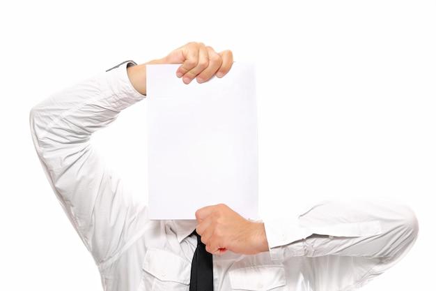 Eine nahaufnahme eines geschäftsmannes, der sich hinter einem weißen blatt papier versteckt