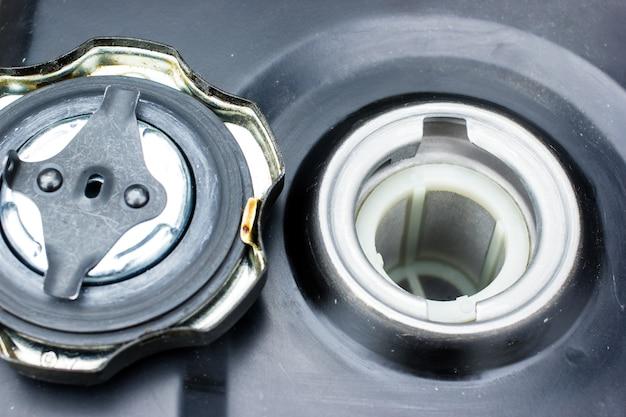 Eine nahaufnahme im kraftstofftank des motorgrubbers. garten arbeitet konzept.