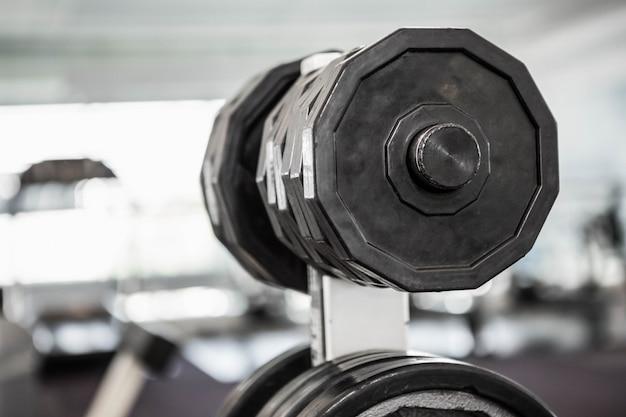 Eine nahaufnahme von einigen gewichten in einem fitnessstudio