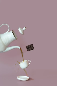 Eine nahaufnahmefotografie eines tees unter verwendung einer teekanne und einer tasse. kaffee und tee, schokolade, schweben von lebensmitteln.