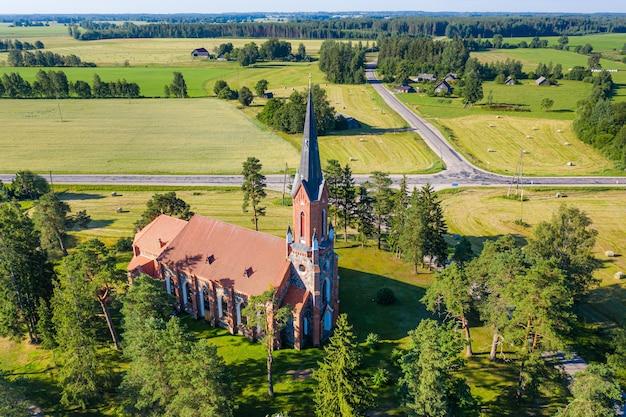 Eine neogotische stilkirche aus feldstein, velena, lettland