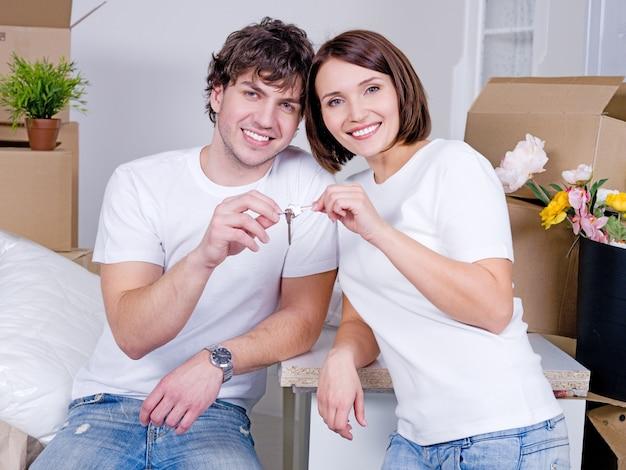 Eine neue wohnung für junge glückliche familien - mit schlüsseln