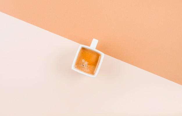 Eine obenliegende ansicht der kaffeetasse auf doppelhintergrund